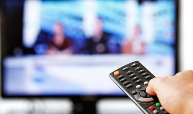Televizyon bulunan odada namaz